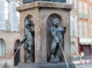 365px-Fontaine_de_la_place_Saint-Étienne_Toulouse_-_Marmousets_en_bronze,_par_Pierre_Chevenet_1593